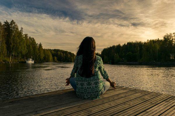 yoga méditation en bord de rivière