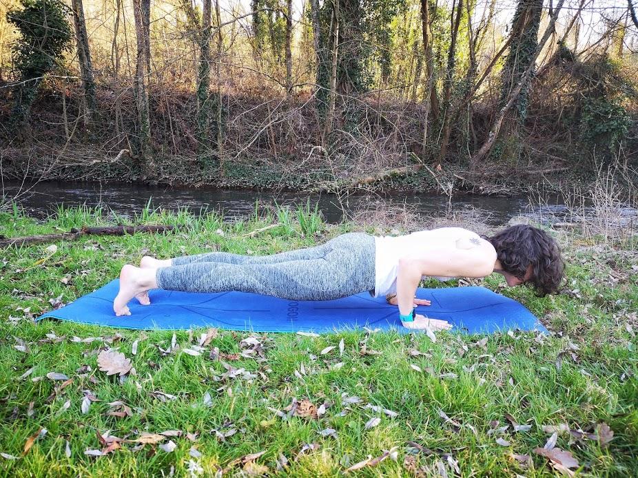 Tapis de yoga YOGOM, chaturanga dandasana