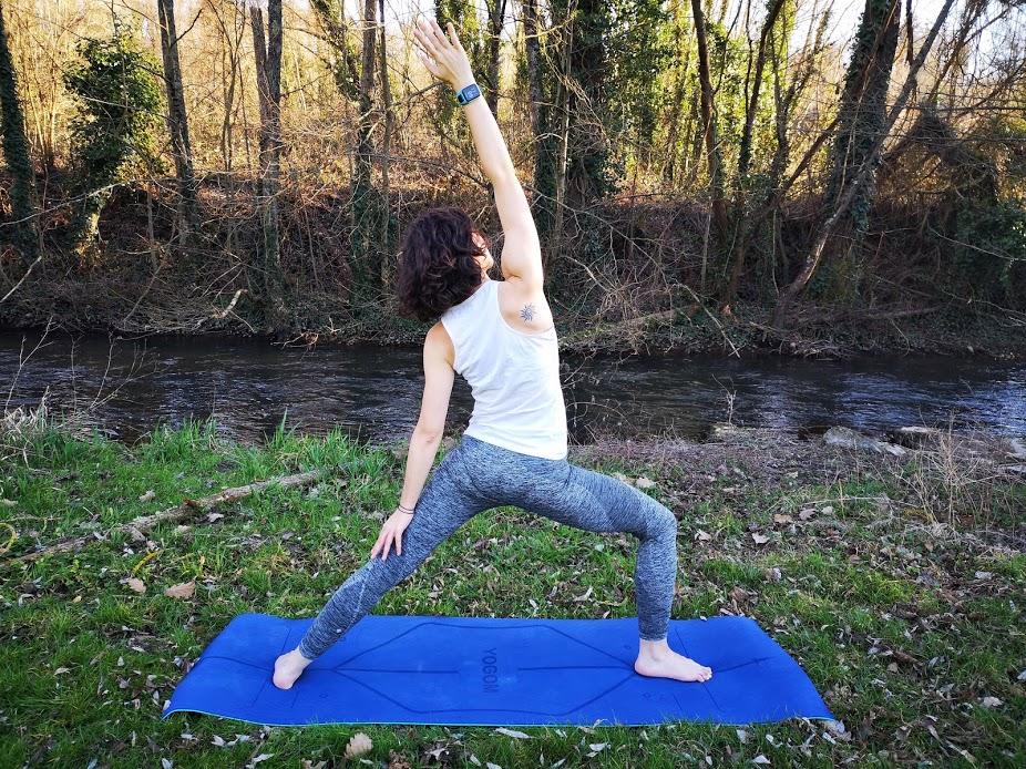 Tapis de yoga YOGOM, posture du guerrier inversé
