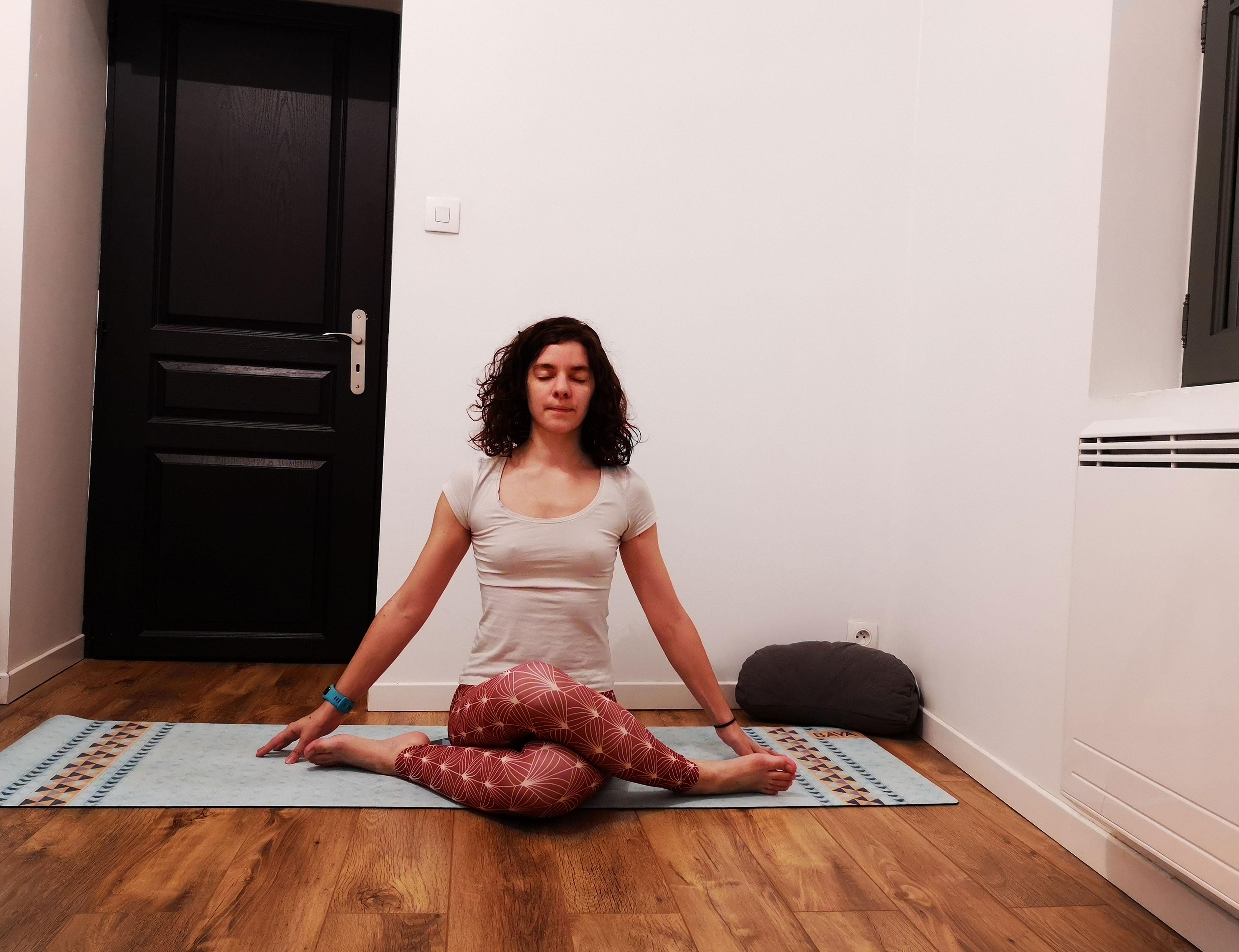 Posture de la tête de vache au yoga