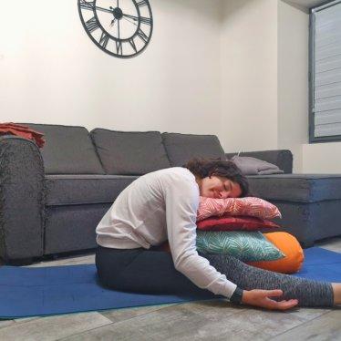 Le Yoga pendant nos lunes : adapter ma pratique et soulager le syndrome prémenstruel – by Lara Happy Yoga