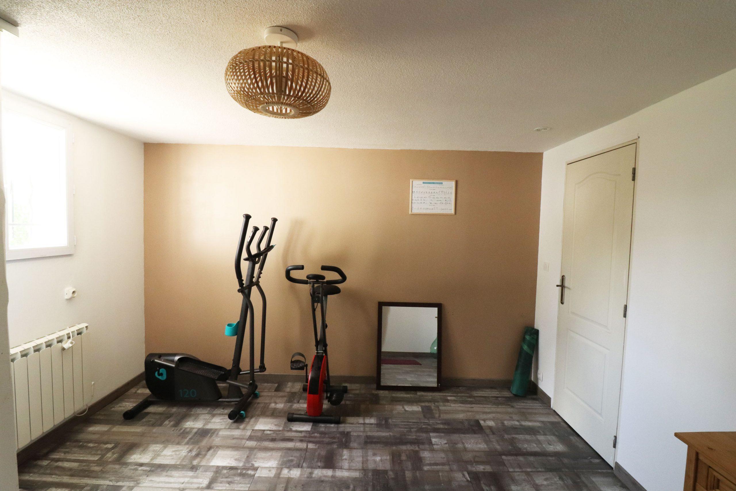 mur couleur sable pièce yoga